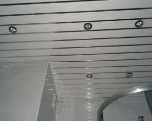 Достоинства реечных потолков